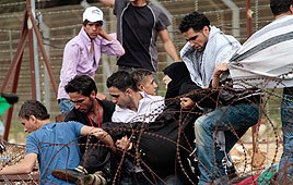 Rioters storming Israel-Syria border fence (Photo: AP)