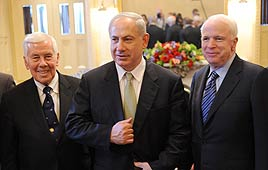 Prime Minister Benjamin Netanyahu with US senators in Washington (Photo: AFP)