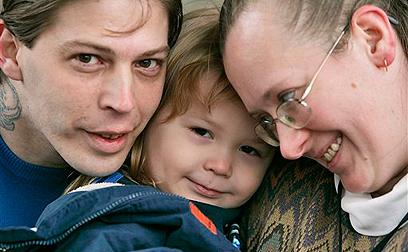 אדולף היטלר עם הוריו ב-2009. ההורים נפרדו מאז  (צילום: AP)