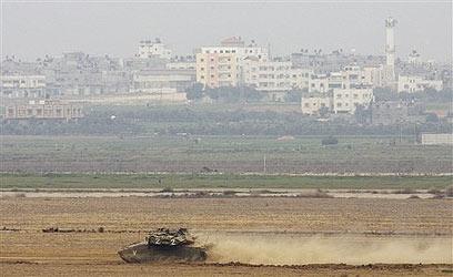 טנק בשדה בגבול רצועת עזה. השיקום ייקח זמן (צילום: AP)