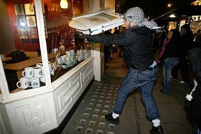 """מזמינים את הסטודנטים לקפה ב""""סטארבקס"""". הפגנה נגד ישראל בבריטניה (צילום: רויטרס )"""