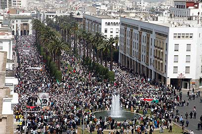 """""""נחיל ענק של מפגינים"""". רבאט, אתמול (צילום: רויטרס)"""