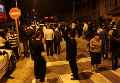 תושבים המומים ברחוב הקטן (צילום: אבי מועלם)