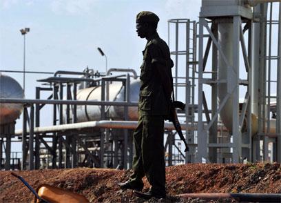 חייל דרום סודן שומר על מתקן נפט. הבעלות במחלוקת (צילום: AFP)