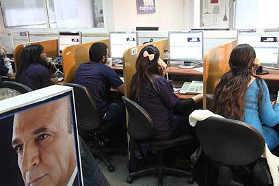 הטלפנים של מופז בתל אביב (צילום: מוטי קמחי)
