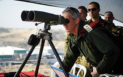 """הרמטכ""""ל גנץ בסיור בגבול ירדן (צילום: דובר צה""""ל)"""