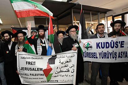 אנשי תנועת נטורי קרתא בעצרת במוצב הבופור בלבנון, היום (צילום: רויטרס)