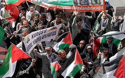 """""""רוצים להגיע לגבול כדי להגיד לישראל שזאת האדמה שלנו"""" (צילום: רויטרס)"""