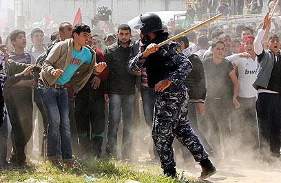 כוחות חמאס מנעו בכוח ממפגינים להתקרב לגדר  (צילום: רויטרס)