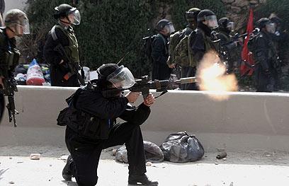 כוחות הביטחון בקלנדיה. פתיחה באש בהתאם לנהלים (צילום: EPA)