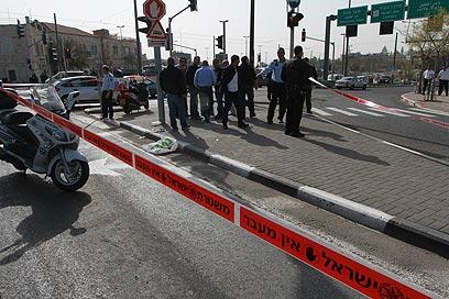 מצוד אחר התוקף. זירת הפיגוע סמוך לשער שכם בירושלים, הבוקר (צילום: גיל יוחנן)