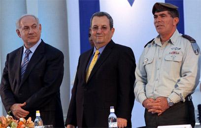 """אשכנזי, ברק ונתניהו ב-2009. הרמטכ""""ל לשעבר עולה להתקפה (צילום: חיים צח, ידיעות אחרונות)"""
