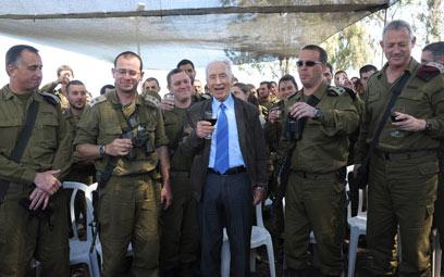 """עם המפקדים בשטח. נשיא המדינה (צילום: מארק ניימן, לע""""מ)"""