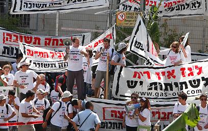 הפגנה נגד תחנת הגז בחוף הכרמל (צילום: רוני עזריאלי)