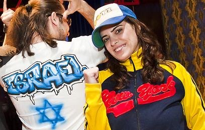 וויני פוץ והברמן עם החולצה הישראלית. הפתעה באזרבייג'ן (צילום: אלה נחמדוב)