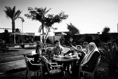 פארק אל-נור שייך לחמאס ושמור למשפחות השהידים. הוא נבנה בשטח ההתנחלות נצרים. חזים, בן 32, מבלה עם משפחתו את החג (צילום: פרדריק סוטרו)