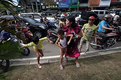 בהלה בבנדה אצ'ה שבאינדונזיה בעקבות הרעש (צילום: AFP)