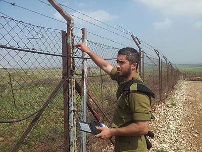 חייל עוסק בתיקון הגדר (צילום: יואב זיתון)