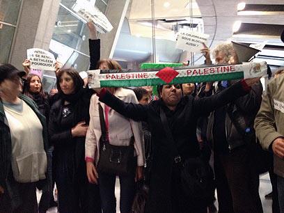 """המפגינים בשדה. """"היום המחסום כאן"""" (צילום: ליאור זילברשטיין, ידיעות אחרונות)"""