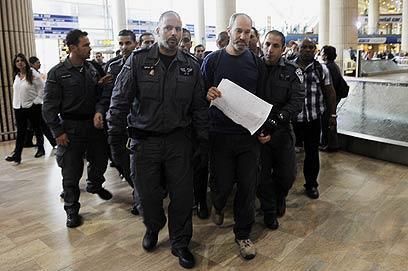 מעצר פעילים בשדה התעופה (צילום: AFP)