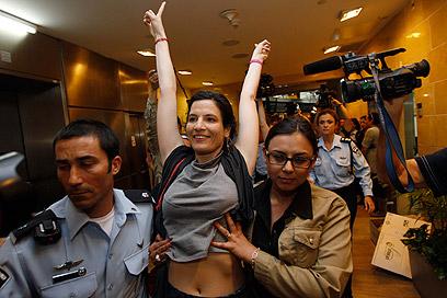 """מוחות למען פלסטין. מעצר בנתב""""ג (צילום: רויטרס)"""