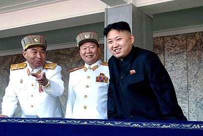 קים ג'ונג און עם בכירים בצבא צפון קוריאה (צילום: AP)