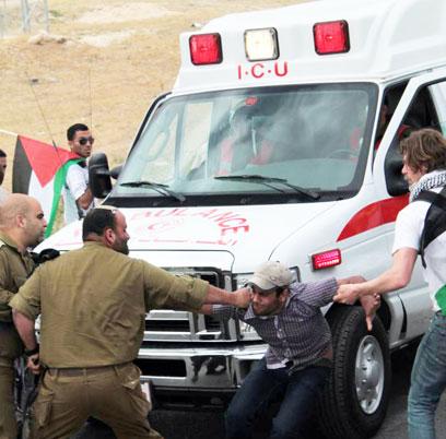 אייזנר מתעמת עם פעילים, כפי שתועד על ידי צלמים פלסטינים (צילום: סעד נג'ום)