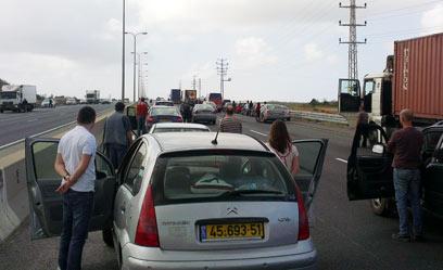 נהגים עומדים בכביש החוף, הבוקר במהלך הצפירה (צילום: זלמי זוננפלד)