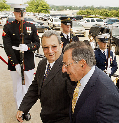 ברק בפגישה קודמת עם פאנטה. יציג בפניו הצעת התקציב לפנטגון (צילום: AFP)