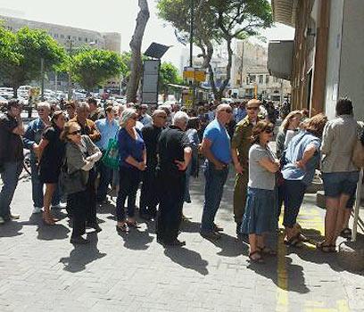מחכים בתור לקונסוליה הצרפתית בתל-אביב, היום (צילום: גלעד מורג)