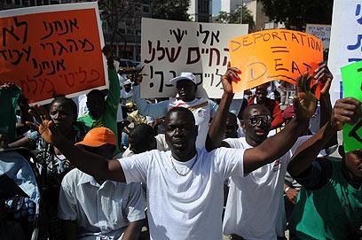 מפגינים בתל אביב (צילום: ירון ברנר)