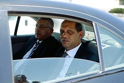 משמאל: השגריר יאסר רידא מגיע למשרד החוץ  (צילום: אוהד צויגנברג)