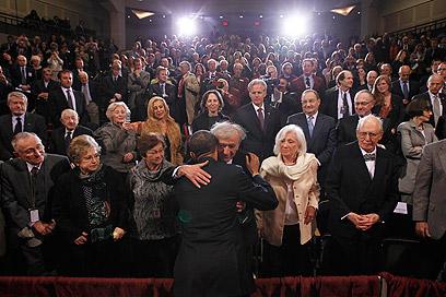 """אובמה וויזל במוזיאון. """"זוהי זכות לעמוד לצדכם, ברמה אישית ביותר"""" (צילום: רויטרס)"""