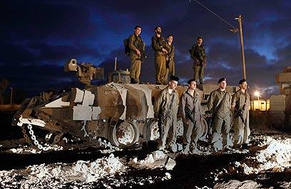 חיילים מכבדים את זכר הנופלים בגבול הרצועה (צילום: AP)