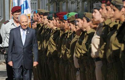 הנשיא סוקר את 120 החיילים המצטיינים (צילום: גיל יוחנן)