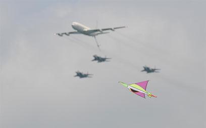 תחרות בשמי תל אביב (צילום: ירון ברנר)