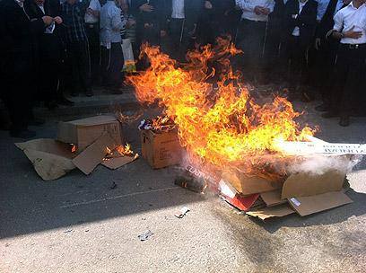 שרפו את הדגל וקראו קריאות גנאי נגד המדינה (צילום: ישראל כהן, כיכר השבת)