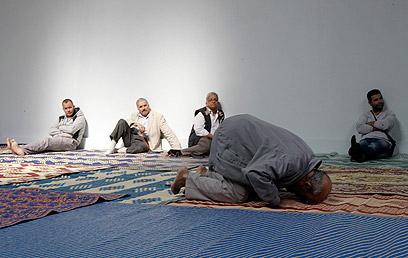 """""""ראייה אירופית שגויה של המוסלמים"""". תפילות בפריז (צילום: AP)"""