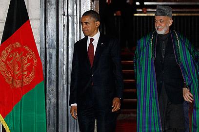אובמה בביקור פתע באפגניסטן, בחברת קרזאי (צילום: AP)