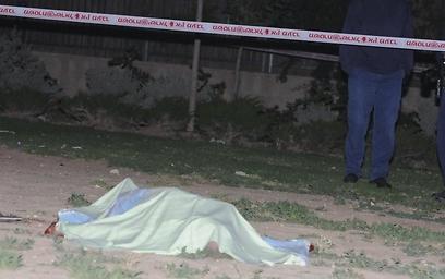 גופתו של ויכמן מוטלת בפארק, מטרים ספורים מביתו (הרצל יוסף)