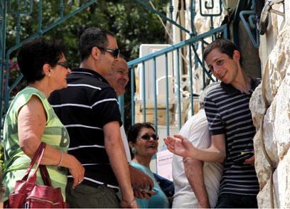 גלעד שליט הצביע בחיפה (צילום: אבישג שאר-ישוב)