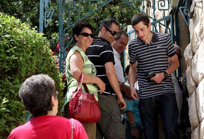 גלעד שליט יוצא מהקלפי בחיפה, היום (צילום: אבישג שאר-ישוב)