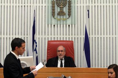 נשיא העליון במהלך הדיון על הפינוי (צילום: גיל יוחנן)