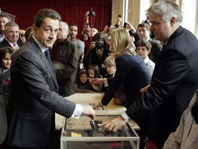 סרקוזי מצביע (צילום: AFP  )
