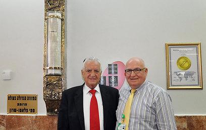 פרופ' יהב ופלאטו שרון (משמאל) בטקס קביעת המזוזה (צילום: רות פרישברג)