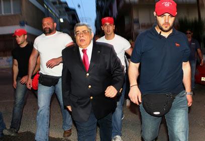 """מיכלוליאקוס מטיח בעיתונאים """"שקרנים, התביישו!"""" (צילום: רויטרס)"""