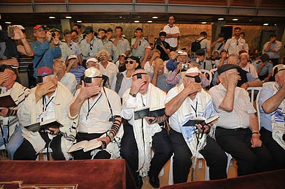 """אומרים """"שמע ישראל"""" ברחבת הכותל"""