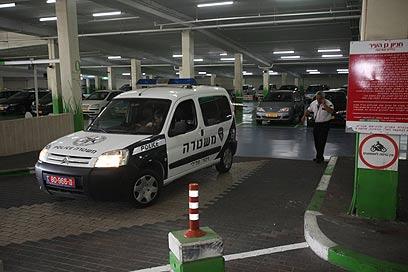 כוחות המשטרה בזירת האונס (צילום: מוטי קמחי)