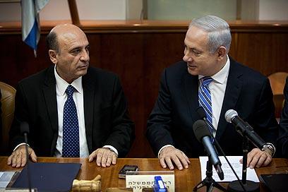 דרמה בוועדת השרים. נתניהו עם המשנה החדש לראש הממשלה מופז, היום (צילום: AP)