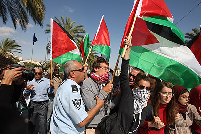 מפגינים היום למען האסירים הפלסטינים במעלה אדומים (צילום: AFP)
